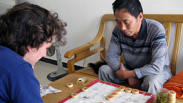Foreigner Finally Breaks It to Host Family That He Doesn't Know How to Play Chinese Chess
